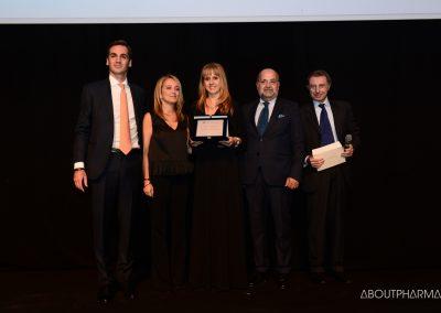 1 podio_ Wellness e prevenzione delle patologie_Il team di Msd è stato premiato da Andrea Costa (a destra), presidente di Federsalus, per il progetto Portale Oncoline