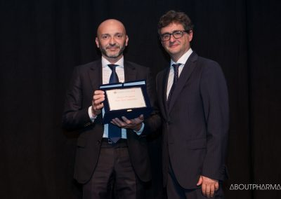 11 podio_ Premio riservato alle Start Up Companies_Socialmedica, per il progetto InEquipe riceve da Stefano Di Marzio (a destra), direttore di AboutPharma and Medical Devices