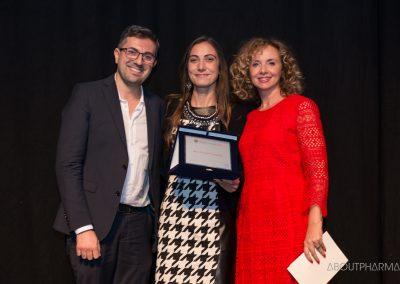 12 podio_ BEST SOCIAL COMPANY_Il team di Sanofi riceve da Rosa Cialini (a destra), Industry head Cpg & Pharma Italy di Facebook, il premio Best social company