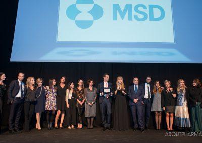 13 podio_ BEST DIGITAL COMPANY_La delegazione di Msd sale sul palco e riceve da Stefania Ambra (a sinistra), amministratore delegato di Hps-AboutPharma, il premio Best digital company