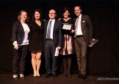 2 podio_ Miglioramento della qualità della vita e aderenza alle terapie_Il team di Novartis Farma premiato da Massimiliano Boggetti (a destra) per il progetto ViaOpta Hello