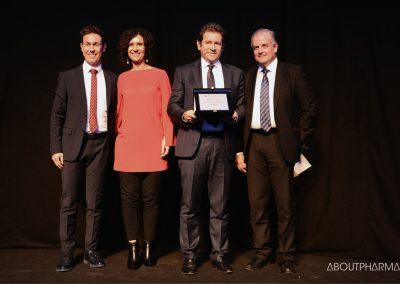 5 podio_ Supporto alla professione dei medici_La delegazione di Roche Diabetes Care riceve il premio per il progetto Smart digital clinic da Marco Marchetti (a destra)