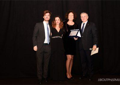 6 podio_ Aggiornamento e supporto alla professione dei farmacisti e altri operatori sanitari_3F-Lab vince con il progetto VR4PharmaLAB e riceve il premio da Roberto Tobia (a destra)