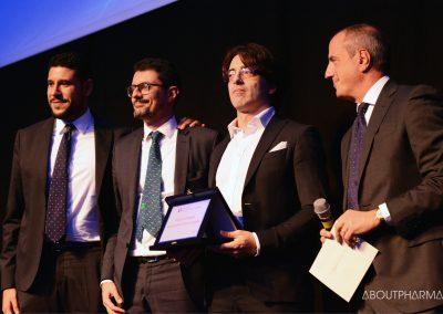 7 podio_Engagement del team aziendale_Zambon riceve il premio da Agostino Carloni (a destra), responsabile comunicazione di Farmindustria, per il progetto Digital School
