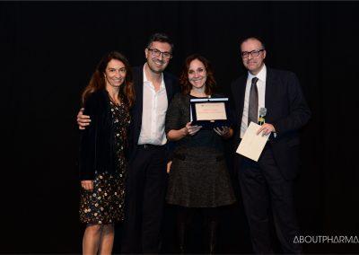 8 podio_ Multichannel e social marketing_Sanofi Pasteur riceve il premio per il progetto PerchéSì da Francesco Tissoni (a destra), docente dell'Università Statale di Milano