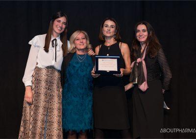 9 podio_ Miglioramento dell'organizzazione dei processi dell'offerta sanitaria_Pfizer vince con il progetto Visita Facile e riceve il premio da Emanuela Pieroni di Agenas (a destra)